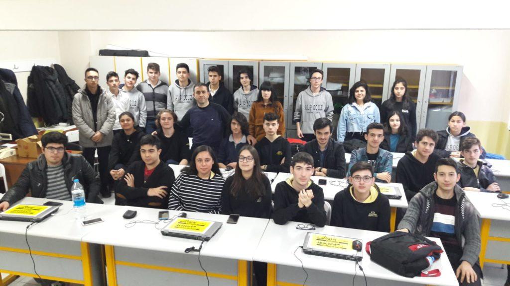 Menemen Atatürk Anadolu Lisesi Bilgisayar Öğretmeni Nurullah Şaşmaz ve çeşitli projeler geliştiren öğrencileri kuluçkamızda ağırladık.